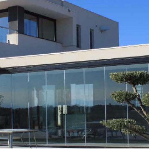 Vision panoramique et fermeture de vos terrasses, pergolas, jardins d'hiver avec le coulissant en verre sans montant
